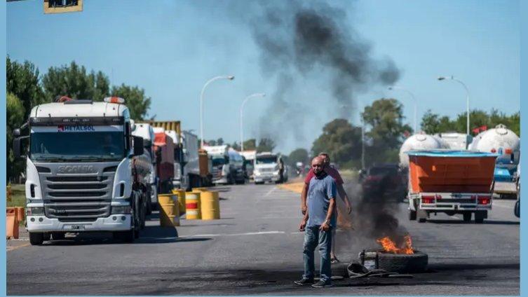 Los cortes de los transportistas continúan en la autopista Rosario-Buenos Aires y otros puntos santafesinos