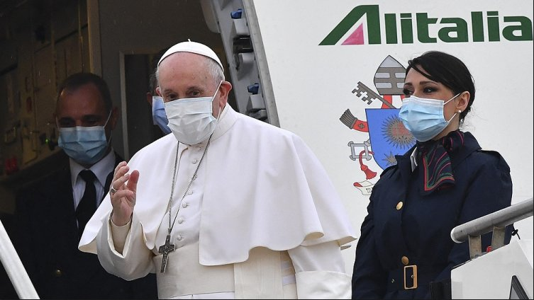 Francisco llegó a Irak y es la primera visita de un Papa a ese país